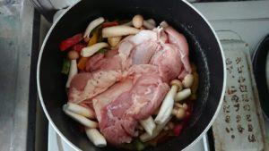 鶏肉料理を調理